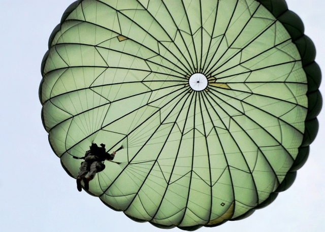 0420-0905-2602-4925_paratroopers_parachute_o